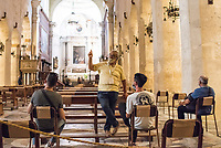 Touristen mit Mund-Nase-Maske in der Kathedrale von Syrakus (Cattedrale metropolitana della Natività di Maria Santissima) in der Stadt Siracusa (Syracus) auf Sizilien.<br /> 22.7.2020, Siracusa<br /> Copyright: Christian-Ditsch.de<br /> NUR FUER REDAKTIONELLE ZWECKE! Werbung nur auf Anfrage beim Fotografen. [Inhaltsveraendernde Manipulation des Fotos nur nach ausdruecklicher Genehmigung des Fotografen. Vereinbarungen ueber Abtretung von Persoenlichkeitsrechten/Model Release der abgebildeten Person/Personen liegen nicht vor. NO MODEL RELEASE! Don't publish without copyright Christian-Ditsch.de, Veroeffentlichung nur mit Fotografennennung, sowie gegen Honorar, MwSt. und Beleg. Konto: I N G - D i B a, IBAN DE58500105175400192269, BIC INGDDEFFXXX, Kontakt: post@christian-ditsch.de<br /> Bei der Bearbeitung der Dateiinformationen darf die Urheberkennzeichnung in den EXIF- und  IPTC-Daten nicht entfernt werden, diese sind in digitalen Medien nach §95c UrhG rechtlich geschuetzt. Der Urhebervermerk wird gemaess §13 UrhG verlangt.]