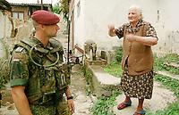 Deutsche KFOR-Soldaten (Fallschirmjaeger) patroullieren in Prizren durch einen Stadtteil, in dem vormals hauptsaechlich Kosovo-Serben gewohnt haben. Sie fluechteten aus Furcht vor Rache der Kosovo-Albaner.<br /> Hier versucht eine alte Kosovo-Serbin mit ihnen zu reden, das scheitert aber auf Grund von Sprachproblemen.<br /> Prizren/Jugoslawien, 30.7.1999<br /> Copyright: Christian-Ditsch.de<br /> [Inhaltsveraendernde Manipulation des Fotos nur nach ausdruecklicher Genehmigung des Fotografen. Vereinbarungen ueber Abtretung von Persoenlichkeitsrechten/Model Release der abgebildeten Person/Personen liegen nicht vor. NO MODEL RELEASE! Don't publish without copyright Christian-Ditsch.de, Veroeffentlichung nur mit Fotografennennung, sowie gegen Honorar, MwSt. und Beleg. Konto: I N G - D i B a, IBAN DE58500105175400192269, BIC INGDDEFFXXX, Kontakt: post@christian-ditsch.de<br /> Urhebervermerk wird gemaess Paragraph 13 UHG verlangt.]