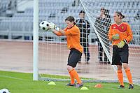 Iceland : UEFA Women's Euro Qualifying group stage (Group 3) - 21/09/2011 - 21:30CET (19:30 local time) - Laugardalsvöllur - Reykjavik : ICELAND (ijsland) - BELGIUM ( Belgie) : doelvrouwen Lynn Senaeve (links) en Sabrina Broos .foto DAVID CATRY / Vrouwenteam.be