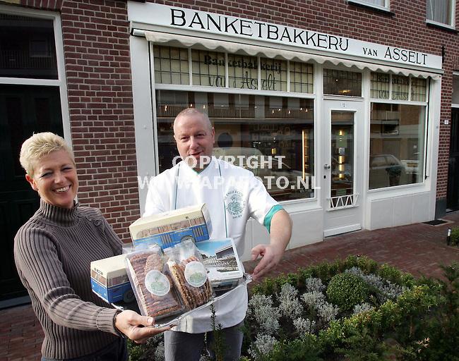 Arnhem, 101105<br />Banketbakkerij van Asselt bestaat 100 jaar. . Links Carla, rechts Henk.<br />Foto: Sjef Prins- APA Foto