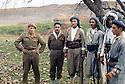 Iraq 1963 .Encounter with 2 unarmed Iraqi soldiers. Peshmergas let them go..Irak 1963.Des peshmergas croisent des soldats irakiens non armes; ils ne les arretent pas