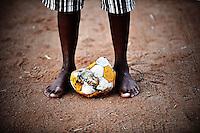 Un bambino che vive nelle case del villaggio di Sun City a 200 metri dal Royal Bafokeng Stadium di Rustenburg gioca a pallone per le strade.USA Ghana 1-2 - USA vs Ghana 1-2.Ottavi di finale - Round of 16 matches.Campionati del Mondo di Calcio Sudafrica 2010 - World Cup South Africa 2010.Royal Bafokeng Stadium, Rustenburg, 26 / 06 / 2010.© Giorgio Perottino / Insidefoto .