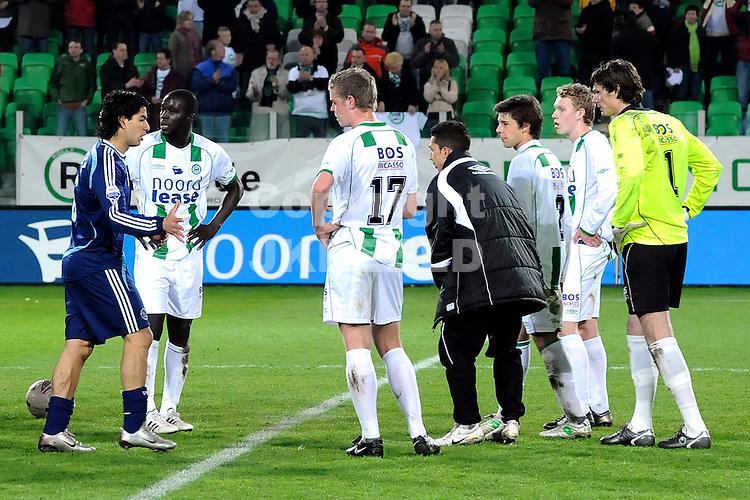 voetbal fc groningen - ajax erediivisie seizoen 2007-2008 16-04-2008  .suarez na afloop bij zijn oud ploeggenoten.fotograaf Jan Kanning