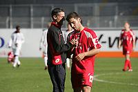 Trainer J¸rgen Kramny trˆstet Nemrut Bargello (beide FSV Mainz 05)