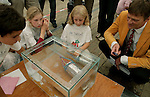Foto: VidiPhoto..ARNHEM - Enkele duizenden leerlingen van 240 scholen uit heel Nederland hebben donderdag op het terrein van het Nederlands Openluchtmuseum in Arnyhem deelgenomen aan het Techniek Toernooi 2008; de grootste landelijke techniekwedstrijd voor alle groepen van de basisschool. De scholieren moesten onder meer een hijskraan van rietjes, een duikboot en een waterraket bouwen.