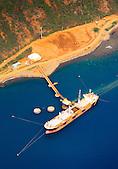 Minéralier au chargement, wharf de la SLN (Société Le Nickel) à Thio, Nouvelle-Calédonie