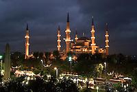 Türkei, Sultanahmet Moschee in Istanbul = Sultanahmet Camii = Blaue Moschee, erbaut 1609-1615 von Mehmet Aga, ein Schüler von Sinan, davor ist der Platz At Meydani, das ehemalige Hippodrom, Unesco-Weltkulturerbe