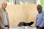 Foto: VidiPhoto<br /> <br /> ARNHEM – Portretten van Aart-Jan de Graaf en Ballard Aare-Bediako (HAN) op het Industriepark Kleefse Waard (IPKW) in Arnhem. Het IPKW is een bedrijventerrein dat duurzame en energie-gerelateerde bedrijven huisvest, faciliteert en met elkaar verbindt. De HAN heeft daar diverse locaties waar studenten met docenten in onderzoekers in labs werken.