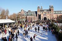 Nederland - Amsterdam -  2019. IJsbaan op het Museumplein. Op de achtergrond het Rijksmuseum. Foto Berlinda van Dam / Hollandse Hoogte