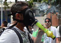 MEDELLÍN - COLOMBIA, 02-05-2015. Un hombre fuma un cigarrillo de marihuana a través de una mascara antigas durante la Séptima Marcha Mundial de La marihuana hoy 02 de mayo de 2015 en la ciudad de Medellín, Colombia./ A man smokes a cigarrette of marijuana through a antigas mask during the 7ª World March of Marijuana today May 2 of 2015 in Medellin City. Photo: VizzorImage/ León Monsalve /Cont