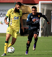 BUCARAMANGA - COLOMBIA, 17–02-2021: Alejandro Quintana de Atletico Bucaramanga de Atletico Bucaramanga y Jhonny Vasquez de Deportivo Pereira disputan el balon, durante partido entre Atletico Bucaramanga y Deportivo Pereira de la fecha 7 por la Liga BetPlay DIMAYOR I 2021, jugado en el estadio Alfonso Lopez de la ciudad de Bucaramanga. / Alejandro Quintana  of Atletico Bucaramanga of Atletico Bucaramanga and Jhonny Vasquez of Deportivo Pereira vie for the ball during a match between Atletico Bucaramanga and Deportivo Pereira of the 7th date for the BetPlay DIMAYOR I 2021 League at the Alfonso Lopez stadium in Bucaramanga city. / Photo: VizzorImage / Jaime Moreno / Cont.