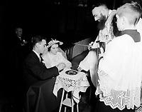 Mariage catholiquepar un pretre cappucin, Novembre 1952<br /> <br /> PHOTO :  Agence Quebec Presse