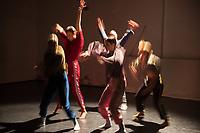 """Generalprobe der Auffuehrung """"Sieben"""" der Tanzschule """"Die Etage"""". Sieben Absolvent*innen der Tanzschule fuehren ihre Abschlussstuecke auf, ergaenzt durch weitere Choreographien zum Thema """"Die sieben Todsuenden"""".<br /> Im Bild: Die Choreographie """"Am Rande der Utopie"""" der Absolventin """"Nadine Haas"""". Taenterinnen: Gesine Eggers, Lauren Fitzgerald,<br /> Roxanne Grosshans, Katharina Sophia Lorenz, Milla Toppi.<br /> 9.9.2020, Berlin<br /> Copyright: Christian-Ditsch.de"""