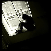 Eine Frau sitze in einem Fenster. Berlin Streetviews<br />16.5.2014, Berlin<br />Copyright: Christian-Ditsch.de<br />[Inhaltsveraendernde Manipulation des Fotos nur nach ausdruecklicher Genehmigung des Fotografen. Vereinbarungen ueber Abtretung von Persoenlichkeitsrechten/Model Release der abgebildeten Person/Personen liegen nicht vor. NO MODEL RELEASE! Don't publish without copyright Christian-Ditsch.de, Veroeffentlichung nur mit Fotografennennung, sowie gegen Honorar, MwSt. und Beleg. Konto:, I N G - D i B a, IBAN DE58500105175400192269, BIC INGDDEFFXXX, Kontakt: post@christian-ditsch.de<br />Urhebervermerk wird gemaess Paragraph 13 UHG verlangt.]