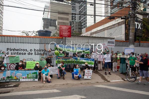 São Paulo (SP) 18/09/2021 - Protesto-SP - A caminhada Pró-Pinheiros realizada neste sábado (18), como protesto das áreas ameaçadas, onde os moradores estão sofrendo grande assédio das incorporadoras.Desejam mostrar à Prefeitura e Secretaria de Licenciamento que não estão satisfeitos com a transformação urbana, sem planejamento do bairro de Pinheiros.