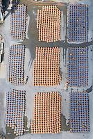 Behaelter zum schmelzen von Erz bei Aurubis in Hamburg: EUROPA, DEUTSCHLAND, HAMBURG, (EUROPE, GERMANY), 29.06.2014: Behaelter zum schmelzen von Erz bei Aurubis in Hamburg. Spezialfahrzeuge transportieren heisse Behaelter mit Schmelzgut auf einen Lagerplatz.