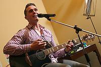 Guitarist Will Henson entertains