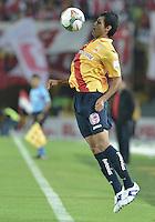 BOGOTÁ-COLOMBIA-04-02-2014. Gonzalez Espinoza jugador de Monarcas Morelia de Mexico, en partido de vuelta por la primera fase llave G5, de la Copa Bridgestone Libertadores en el estadio Nemesio Camacho El Campin, de la ciudad de Bogota. / Gonzalez Espinoza player of Monarcas Morelia of Mexico in a match for the second leg for the first phase, G5 key, of the Copa Bridgestone Libertadores in the Nemesio Camacho El Campin in Bogota city.  Photo: VizzorImage/ Gabriel Aponte /Staff