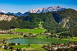 Oesterreich, Tirol, See und gleichnamiger Ort Thiersee bei Kufstein, im Hintergrund das Kaisergebirge | Austria, Tyrol, Kaiserwinkl, village and lake Thiersee, Kaiser mountains at background