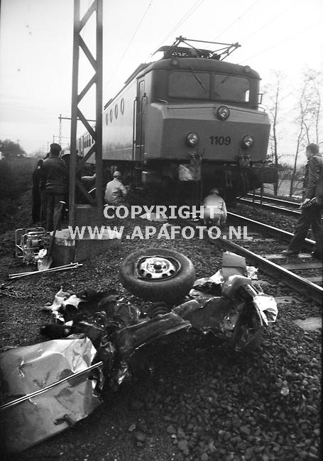 Brummen, 19860115 - APA FOTO<br />Restant van auto na treinongeluk