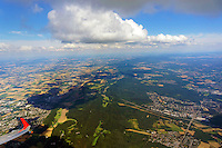 Wolkenstrasse Teuteburger Wald: EUROPA, DEUTSCHLAND, NIEDERSACHSEN, NORDRHEIN WESTFALEN (EUROPE, GERMANY), 04.08.2013: Wolkenstrasse Teuteburger Wald, Cumuls Wolkenstrasse als Konfektionslinie ueber den Huegeln.  Der Teutoburger Wald (umgangssprachlich Teuto genannt) ist ein bis 446,1 m ü. NN hoher Mittelgebirgszug des Niedersächsischen Berglandes nahe Osnabrück und bei Bielefeld in Niedersachsen und Nordrhein-Westfalen.<br /> Bekannt ist das Mittelgebirge durch die Schlacht im Teutoburger Wald zwischen Römern und Germanen im Jahr 9 n. Chr. Zu den touristischen Anziehungspunkten gehören das Hermannsdenkmal sowie die Naturdenkmäler der Externsteine und Dörenther Klippen. Höchster Berg ist der Barnacken.