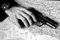 Knin / Krajina / Croazia 1991.<br /> La mano e la pistola di cetnico, paramilitare serbo, posta su una carta geografica della Jugoslavia. Fotografia scattata durante la conquista della Krajina da parte delle truppe serbe all'inizio del conflitto che ha portato alla dissoluzione della Jugoslavia.<br /> Hand and gun of one cetnik, member of serbs' paramilitary troops.Picture shot in Knin during the conquest of Krajina by serb troops at the beginning of the war.<br /> Photo Livio Senigalliesi