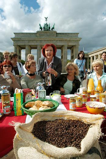 Eroeffnung Faire Woche 2004 in Berlin<br /> Bundesentwicklungsminsiterin Heidemarie Wieczoreck-Zeul eroeffnete am Mittwoch den 15 September 2004 in Berlin die Faire Woche 2004.<br /> Die Ministerin betonte, dass bei fairen Produkten die Verbraucherinnen und Verbraucher wuessten, dass die Produzenten in Entwicklungslaendern damit ein faires Einkommen erwirtschaften.<br /> Hier: Bundesentwicklungsminsiterin Heidemarie Wieczoreck-Zeul erlaeutert Touristinnen aus Weimar das Prinzip des fairen Handels.<br /> Berlin, 15.9.2004<br /> Copyright: Christian-Ditsch.de<br /> [Inhaltsveraendernde Manipulation des Fotos nur nach ausdruecklicher Genehmigung des Fotografen. Vereinbarungen ueber Abtretung von Persoenlichkeitsrechten/Model Release der abgebildeten Person/Personen liegen nicht vor. NO MODEL RELEASE! Nur fuer Redaktionelle Zwecke. Don't publish without copyright Christian-Ditsch.de, Veroeffentlichung nur mit Fotografennennung, sowie gegen Honorar, MwSt. und Beleg. Konto: I N G - D i B a, IBAN DE58500105175400192269, BIC INGDDEFFXXX, Kontakt: post@christian-ditsch.de<br /> Bei der Bearbeitung der Dateiinformationen darf die Urheberkennzeichnung in den EXIF- und  IPTC-Daten nicht entfernt werden, diese sind in digitalen Medien nach §95c UrhG rechtlich geschuetzt. Der Urhebervermerk wird gemaess §13 UrhG verlangt.]