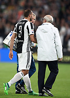 Calcio, Serie A: Juventus - Napoli, Torino, Allianz Stadium, 22 aprile, 2018.<br /> Juventus' Giorgio Chiellini (c) leaves the pitch after injury during the Italian Serie A football match between Juventus and Napoli at Torino's Allianz stadium, April 22, 2018.<br /> UPDATE IMAGES PRESS/Isabella Bonotto