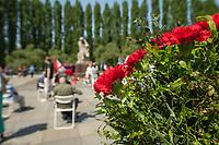 Gedenken anlaesslich des 75. Jahrestag der Befreiung Deutschlands vom NS-Regime am 8. Mai 1945.<br /> Im Bild: Gedenken am sowjetischen Ehrenmal in Berlin-Treptow.<br /> 8.5.2020, Berlin<br /> Copyright: Christian-Ditsch.de<br /> [NUR FUER REDAKTIONELLE ZWECKE! Werbung nur auf Anfrage beim Fotografen. Inhaltsveraendernde Manipulation des Fotos nur nach ausdruecklicher Genehmigung des Fotografen. Vereinbarungen ueber Abtretung von Persoenlichkeitsrechten/Model Release der abgebildeten Person/Personen liegen nicht vor. NO MODEL RELEASE! Don't publish without copyright Christian-Ditsch.de, Veroeffentlichung nur mit Fotografennennung, sowie gegen Honorar, MwSt. und Beleg. Konto: I N G - D i B a, IBAN DE58500105175400192269, BIC INGDDEFFXXX, Kontakt: post@christian-ditsch.de<br /> Bei der Bearbeitung der Dateiinformationen darf die Urheberkennzeichnung in den EXIF- und  IPTC-Daten nicht entfernt werden, diese sind in digitalen Medien nach §95c UrhG rechtlich geschuetzt. Der Urhebervermerk wird gemaess §13 UrhG verlangt.]