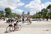 Nederland Amsterdam 2016 . Toeristen fietsen op het Museumplein op een fiets van het Stayokay Hostel. Foto Berlinda van Dam / Hollande Hoogte