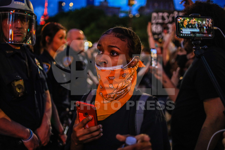 """NOVA YORK, EUA, 30.05.2020 - PROTESTO-NEW YORK - Manifestantes durante um protesto """"Black Lives Matter"""" na Ilha de Manhattan em Nova York nos Estados Unidos em indignação depois que George Floyd, um negro desarmado, morreu ao ser preso por um policial em Minneapolis que prendeu ele no chão com o joelho. Manifestações estão sendo realizadas nos EUA depois que George Floyd morreu sob custódia policial em 25 de maio 2020. No ato de New York alguns manifestantes foram presos e alguns policiais ficaram feridos. (Foto: Vanessa Carvalho/Brazil Photo Press)"""