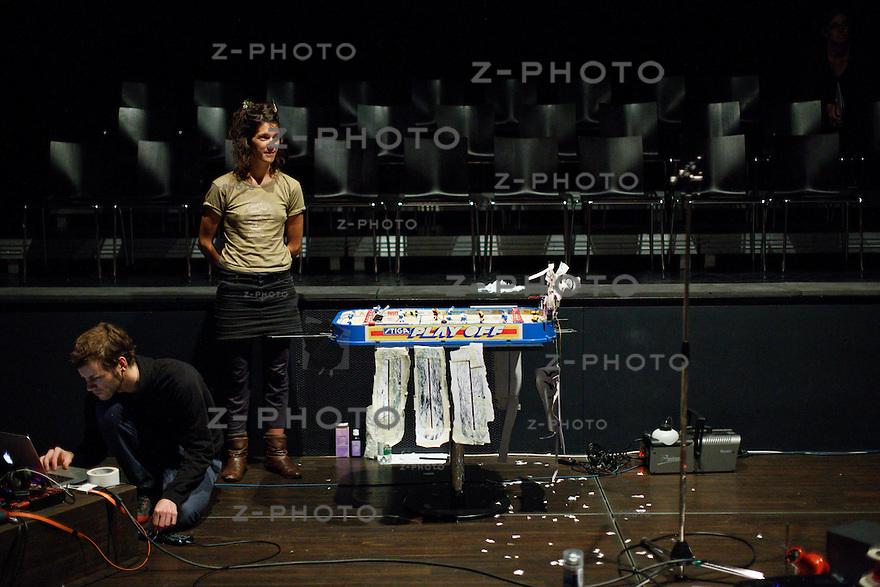 """Generalprobe zu """"ultra"""" am 13. Oktober 2013 im Kleintheater Luzern mit Martin Bieri, Orpheo Carcano, Thomas Köppel, Luca Langensand, Nina Langensand, Susanne Vonarburg<br /> <br /> Copyright 2013  © Zvonimir Pisonic"""