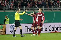 Mathias Fetsch und Sead Mehic (OFC) beruhigen die aufgebrachten Fans, die mit Gegenständen werfen