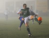 KM Torhout - KSV Temse..Kevin Leemans (links) hangt aan Dieter Yde (rechts), die de bal probeert te beschermen...foto VDB / BART VANDENBROUCKE