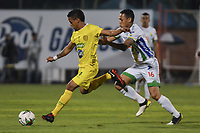 ITAGÜÍ - COLOMBIA, 25-02-2020: Leonel Garcia de Leones disputa el balón con H Henao de Huila durante partido entre Leones F.C. y Atlético Huila por la fecha 4 de la Torneo BetPlay DIMAYOR I 2020 jugado en el estadio Polideportivo Sur de Envigado. / Leonel Garcia of Leones F.C. vies for the ball with H Henao of Huila during match between Leones F.C. and Atletico Huila for the date 4 of the BetPlay DIMAYOR Tournament I 2020 played at Metropolitano stadium in Itaguí city.  Photo: VizzorImage / Leon Monsalve / Cont