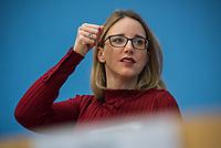 """Die Vorsitzende Deutscher Ethikrat, Prof. Dr. Alena Buyx (im Bild), ihr Kollege Prof. Dr. Dr. h.c. Volker Lipp, Stellvertretender Vorsitzender des Deutschen Ethikrates sowie Prof. Dr. Dr. Sigrid Graumann, Sprecherin der AG Pandemie des Deutschen Ethikrates stellten am Donnerstag den 4. Februar 2021 in Berlin ihre Ad-Hoc-Empfehlung """"Besondere Regeln fuer Geimpfte?"""" vor.<br /> 4.2.2021, Berlin<br /> Copyright: Christian-Ditsch.de"""