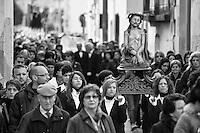 Botrugno - Processione dei Misteri - 30 marzo 2013. La processione parte dalla Cappella dell'Assunta, alle spalle della Chiesa Madre, alle 6 del mattino. I fedeli e i membri della Confraternita dell'Assunta accompagnano per le strade del paese le statue del Cristo Morto e dell'Addolorata. La processione è preceduta dalla Croce dei Misteri sorretta dai giovani del paese, poi in successione è il turno delle donne del posto, vestite di nero con camicia e giuanti bianchi, sorreggono la statua del Cristo torturato. La processione continua con la statua del Cristo Morto, sorretto dagli uomini del paese vestiti con lo stesso tipo di abbigliamento e infine la statua della Madonna Addolorata che chiude la processione. Alla fine, intorno alle 8, tutte statue vengono riportate nella Cappella dell'Assunta ed esposte per la contemplazione.