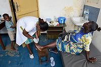 TOGO, Lome, Zentrum DZIDUDU der Organisation BNCE (Bureau National Catholique de l'Enfance) zur Betreuung von Lastentraegerinnen und Marktfrauen , aerztliche Versorgung bei Krankenschwester Victoire Adjo NYAKU, Betreuung der Lastträgerin Junielle, Mutter von Joseph
