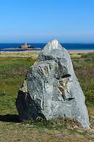 Menhir und La Rocco Tower an südlicher St.Quen's Bay, Insel Jersey, Kanalinseln