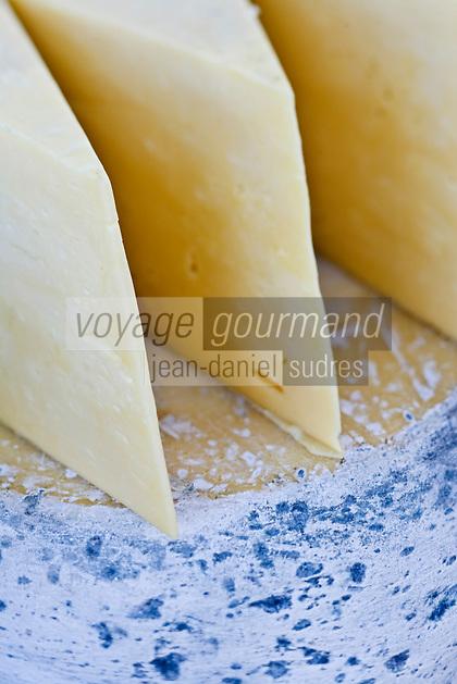 """Europe/Turquie/Istanbul : Le Bazar aux épices- détail étal fromages """"Kars kashari """" fromage de vache"""