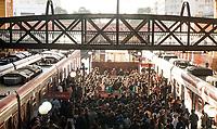 SÃO PAULO, SP, 10.03.2021:  Movimentação CPTM SP - Em meio aumento de casos e internações pela Covid -19 e o estado de São Paulo na fase vermelha com restrições de circulação. Passageiros se aglomeram nas plataformas da Estação Luz da CPTM na região central da cidade de São Paulo na manhã desta quarta -feira  (10).