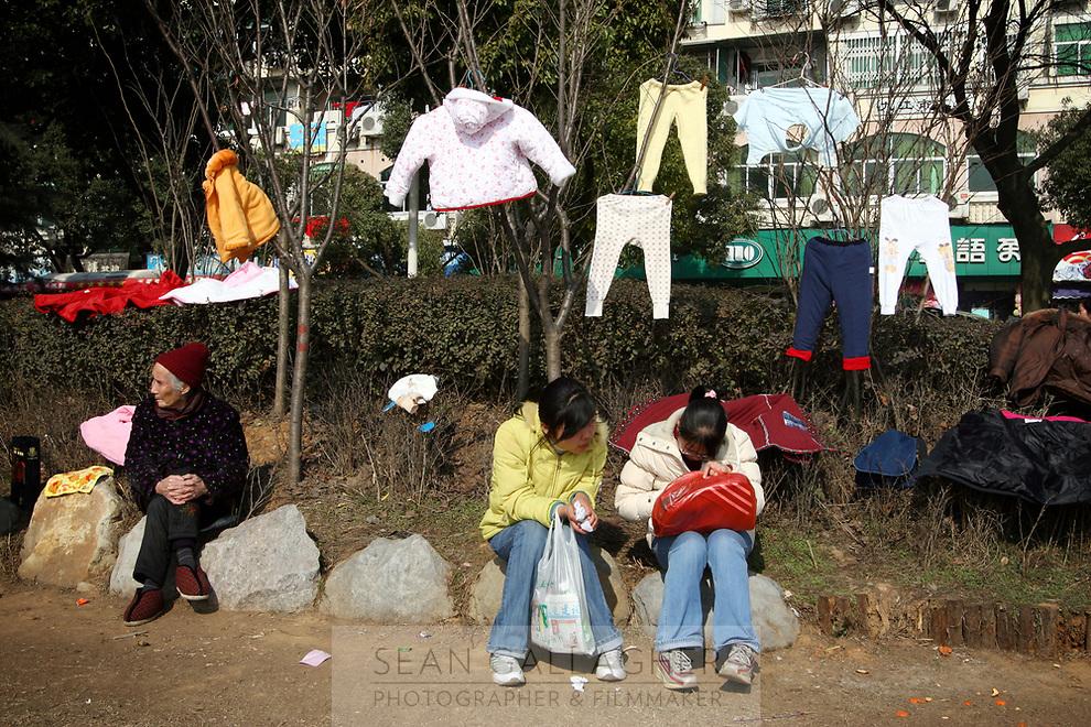 CHINA. Jiangxi Province. Jiujiang. Wahing hanging and drying in a park. Jiujiang is a city of 4.6 million people, located on the southern shore of the Yangtze River.  2008