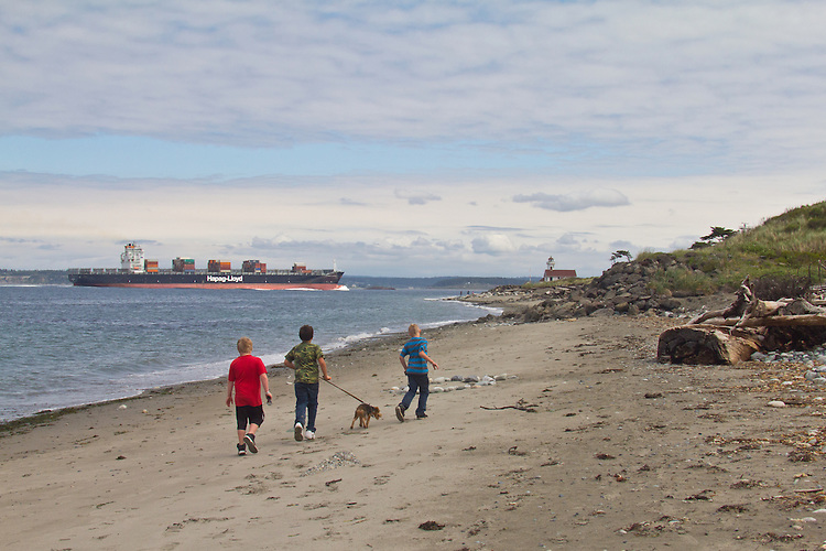 Container Ship, Savannah Express, Hapag-Lloyd line, in bound Seattle, Puget Sound, Point Wilson lighthouse, Port Townsend, Washington State, Pacific Northwest, USA,