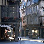 France, Brittany, Département Côtes-d'Armor, Dinan: Cobbled street scene | Frankreich, Bretagne, Département Côtes-d'Armor, Dinan: Altstadtgasse mit Kopfsteinpflaster