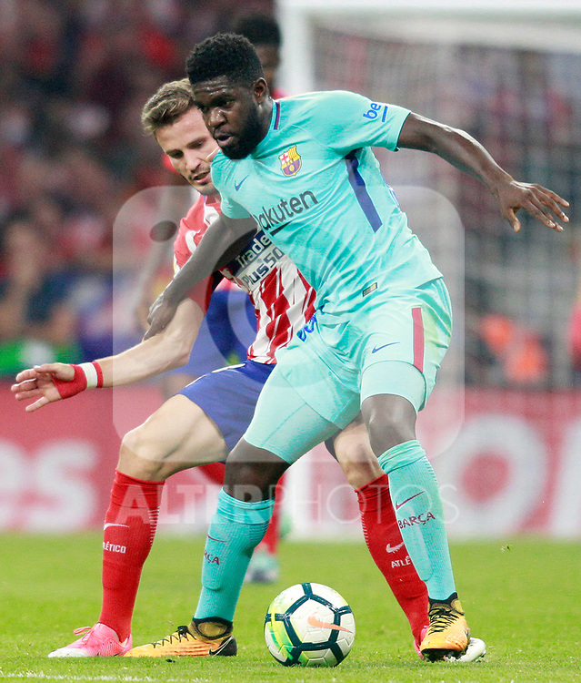 Atletico de Madrid's Saul Niguez (l) and FC Barcelona's Samuel Umtiti during La Liga match. October 14,2017. (ALTERPHOTOS/Acero)