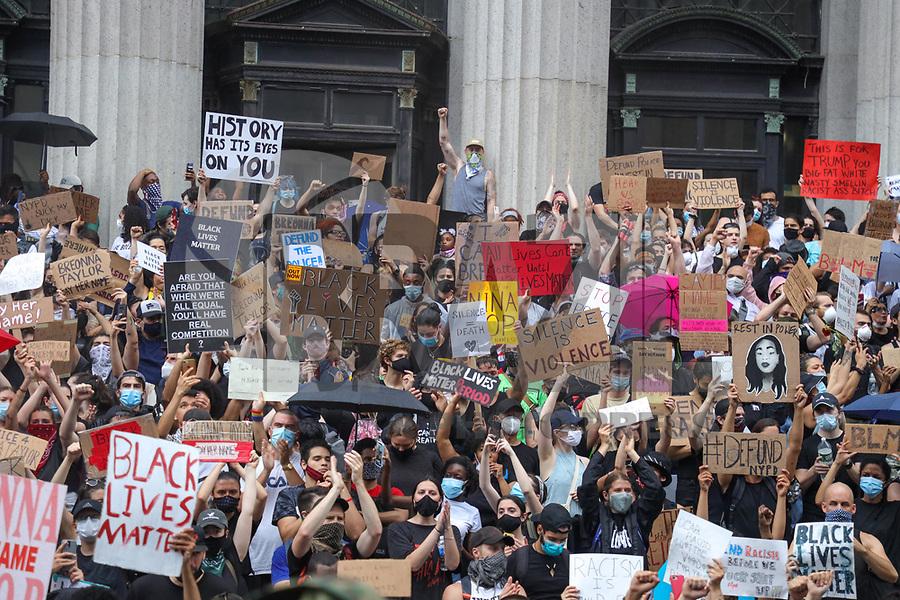 Nova York (EUA), 05/06/2020 - Protestos / Estados Unidos - Manifestantes durante protesto na Ilha de Manhattan na cidade de Nova York nos Estados Unidos nesta sexta-feira, 05. Protestos em todo o país foram motivados depois da morte de George Floyd no dia 25 de maio, após de ser asfixiado por 8 minutos e 46 segundos pelo policial branco Derek Chauvin em Minneapolis, no estado de Minnesota. Hoje o protesto também lembrou o aniversário de Breonna Taylor que completária 27 anos e foi morta por policiais em março deste ano. (Foto: William Volcov/Brazil Photo Press)