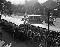 Spectacle «La chose» («The thing») présenté par La Roulotte sur le Champ-de-Mars lors de la convention des maires. 1953