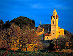 Spanien, Mallorca: Son Serra de Marina mit Dorfkirche im Abendlicht | Spain, Mallorca: Son Serra de Marina with village church at sunset light