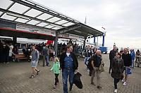 Touristen am Katmaran aus Emden am Hafen von Borkum