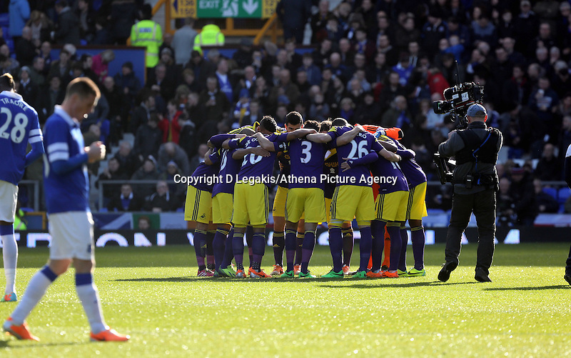 Pictured: Swansea players huddle. Sunday 16 February 2014<br /> Re: FA Cup, Everton v Swansea City FC at Goodison Park, Liverpool, UK.